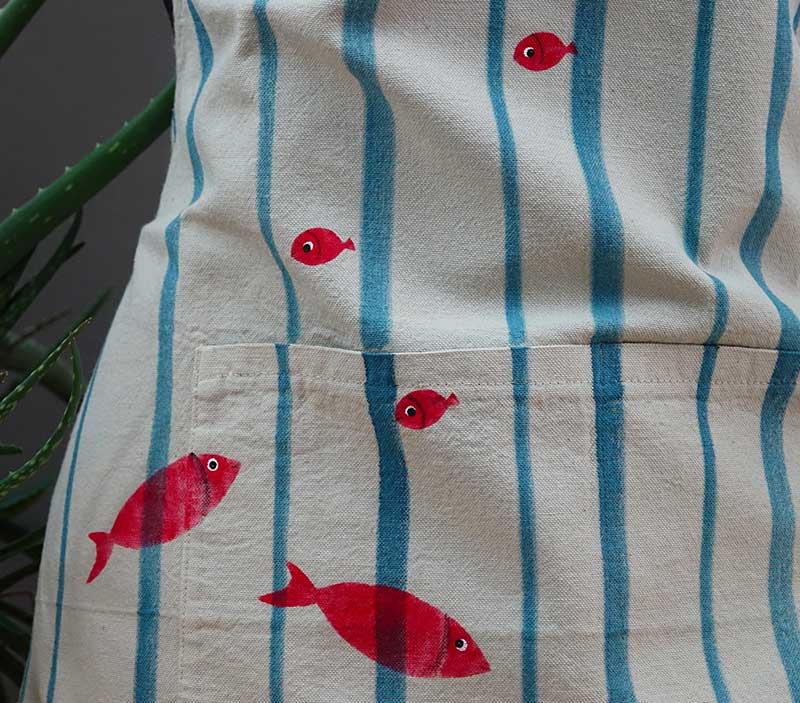 Grembiule-cotone-righe-pesci-rossi